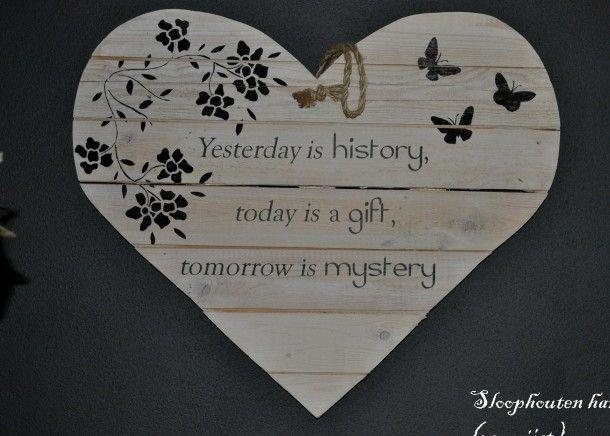 Interieurideeën | houten hart gemaakt van gebruikt sloophout met tekst en bloemen / vlinders erop gesjabloneerd. Door creathea