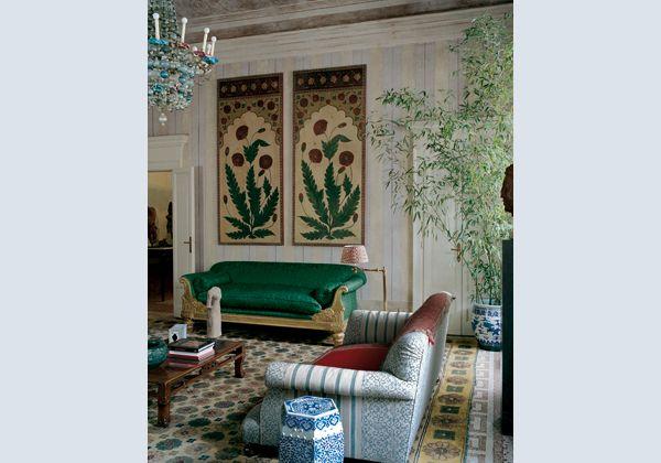 Una sala per un collezionista d'arte orientale con una decorazione a righe giallo acido su un fondo di stucco color malva e un soffitto a calce dello stesso colore. Il divano anglo-indiano di legno in