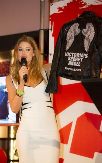 6 juli: Doutzen Kroes: De ambassadrice van Dance4life bood verschillende veilingstukken aan voor het goede doel, waaronder dit bikerjack van Victoria's Secret. Ook besloot ze ter plekke haar Herve Leger-jurk te veilen.