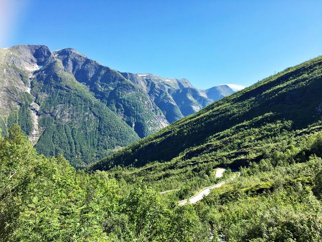 I et land med høye fjell, dype daler og fantastisk natur er der utallige utkikkspunkt å oppdage. Det nye og vel tilrettelagte utkikkspunktet, Utsikten, som ligger på toppen av Gaularfjellet er intet unntak. Dette er ett av de stedene du vil angre på at du ikke stoppet for å ta inn den fantastiske utsikten. Bli med til Utsikten - et fantastisk nytt utkikkspunkt på Gaularfjellet