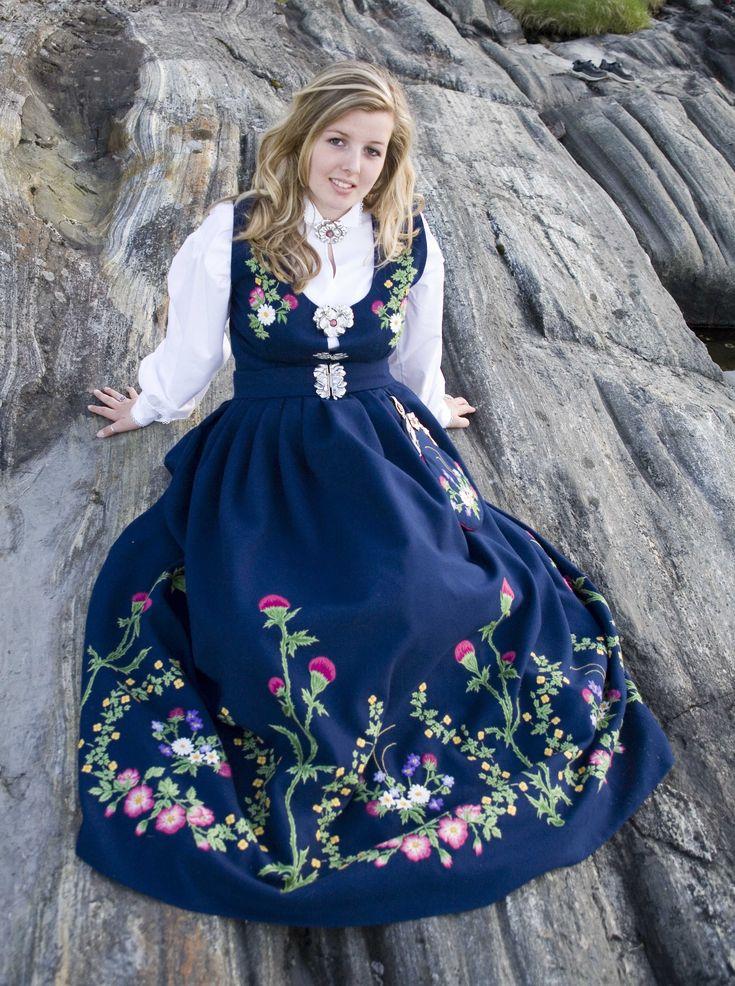 Leksvikdrakten Kommer fra Leksvik i Nord Trøndelag, og er komponert av Inger Gangstad.