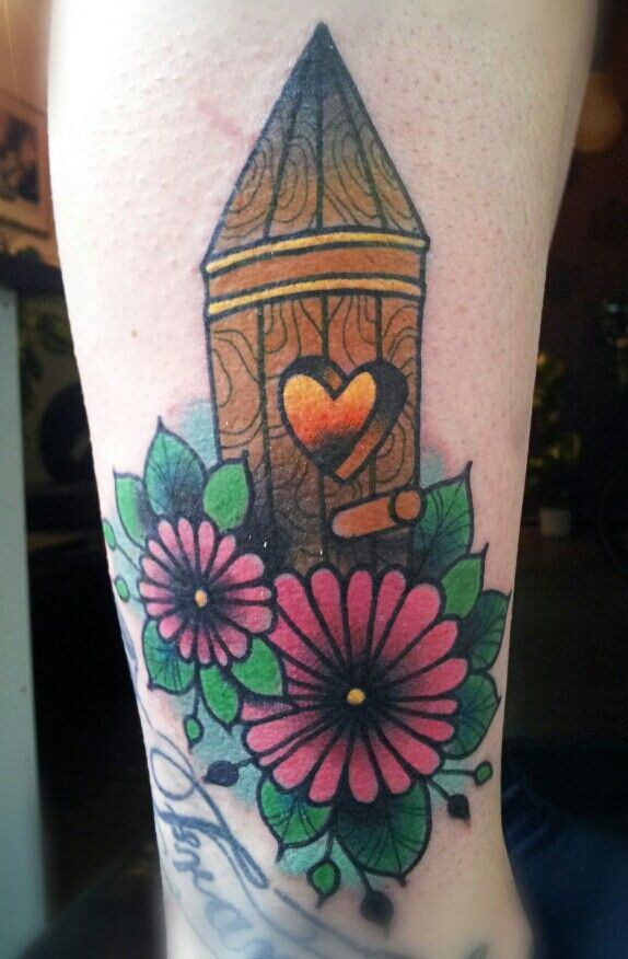 Love dooing stuff like that! Its so cute! Done @stilbruchtattoo #berlin #birdhouse #flowers #tattoo #girlie