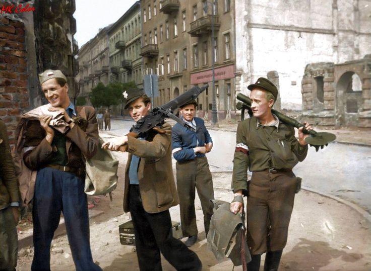 Śródmieście Północne. Powstańcy przy wylocie ul. Czackiego na ul. Świętokrzyską z bronią zdobytą po zajęciu gmachu komendy policji na Krakowskim Przedmieściu. Zródło:MPW