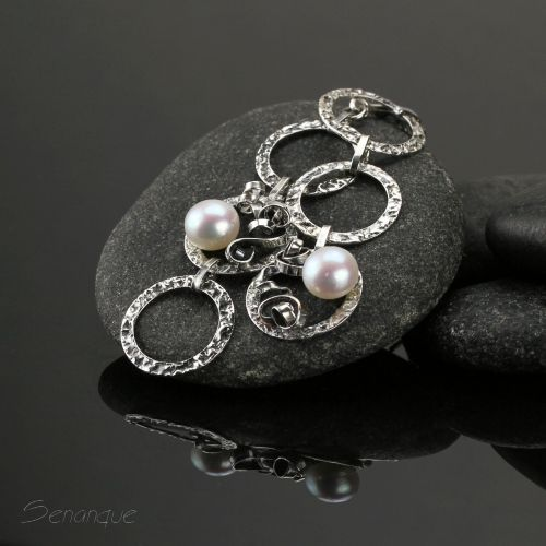 długie asymetryczne kolczyki z perłami - Senanque. Zobacz wiecej zdjęć: http://www.senanque.pl/blizzard-srebrne-kolczyki-z-perlami