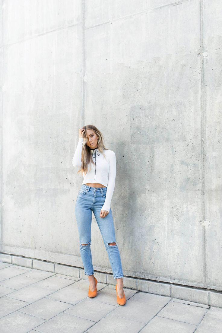 Lisa Olsson ha optado por un estilo casual clásico aquí, que llevaba un par de pantalones vaqueros rasgados con un suéter blanco recortada y un par de zapatos de tacón de color naranja para Glammy ventaja añadida.  Arriba: H & M, Vaqueros / corbata: ASOS, Zapatos: Jennie-Ellen.