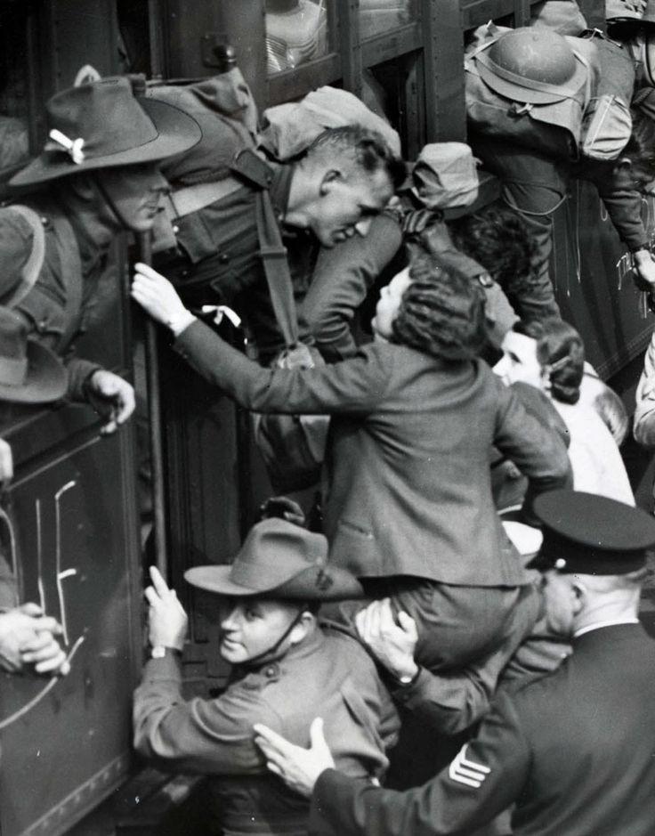 Una ragazza si arrampica per salutare un soldato che sta partendo per la Seconda Guerra Mondiale, 1940. The State Library of Victoria.