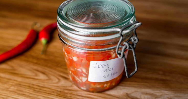 Mennyei Thai édes chiliszósz recept! Ez az édes chiliszósz megszólalásig ugyan olyan, mint a bolti változat! A különbség, hogy sokkal olcsóbb, és magad állíthatod be a csípősségét saját ízlésed szerint! A receptben leírt 2 paprikás recept jóval csípősebb, mint amit a boltban kapni, ha pont olyat szeretnél, elsőre próbáld 1 paprikával. ;) Kiváló recept!