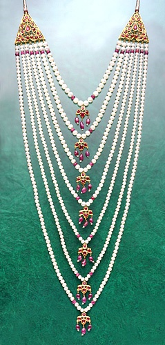 Pearls are the ultimate wedding accessory, especially for the hyderabadi bride.