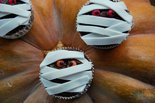 Cupcakes momies pour Halloween by emilieandlea3, via Flickr