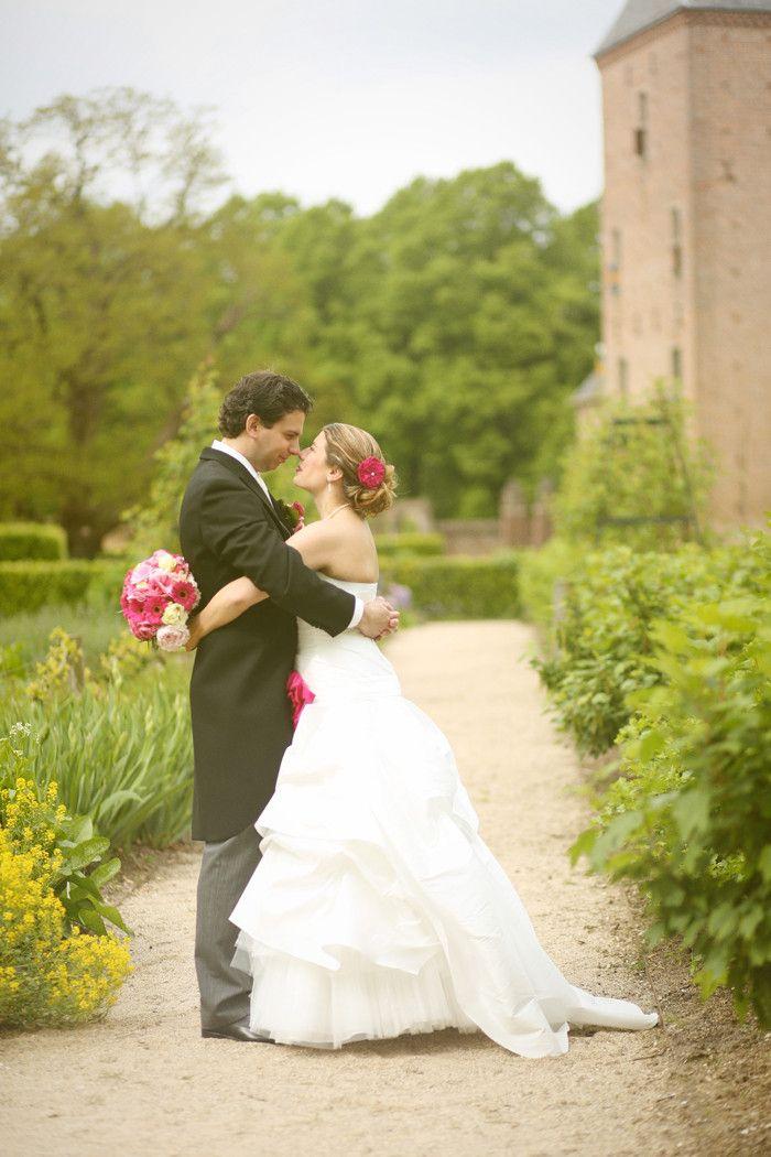 bruidspaar met de neuzen tegen elkaar tijdens fotoshoot