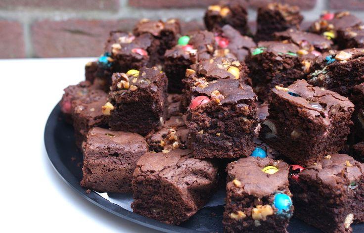 Met brownies kun je blijven variëren. Met dit recept maak je lekkere brownies met walnoot en M&M's.