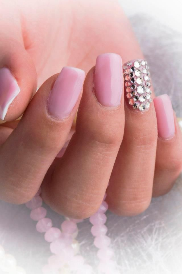 Pink Gele negle, her med Nail art diamanter. Neglene er lavet med Pink Naillac som er en uv gele neglelak, denne naillac kan fjernes med akryl remover på bare 5 min. Du skal bruge en basecoat og en topgloss til naillac negle systemet. Neglen med nail art diamanter er lavet ved at lægge et tyndt lag Uv Gel seal og derefter lægger du nail art diamanterne på neglen, når du er færdig hærder du neglen i en uv lampe i 2 min. negle produkter fra Nail4you.dk