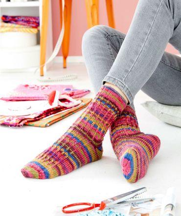 Gratisanleitung: Kaffe Fassett Socken mit Hebemaschenmuster Diese farbenfrohen Socken werden durch das Hebemaschenmuster und den bunten Ringeln zu einem echtem modischen Highlight an Ihren Füßen. Gestrickt werden Sie mit der REGIA Design Line von Kaffe Fassett in der Farbe chili pepper color.