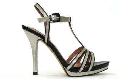 Sandalia vestir destalonada de la marca eZzio, en piel metalizada color hueso sobre piel color negro, sandalia en T, cierre pulsera con hebilla al empeine