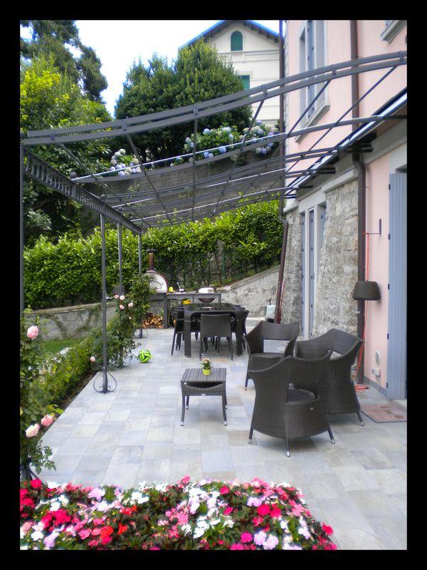 Progettazione e realizzazione terrazza e giardino. La progettazione e realizzazione del barbecue con piano in marmo è stata curata dalla FORMARREDO DUE.  La FORMARREDO DUE ha curato i lavori di muratura, gessatura e illuminazione.