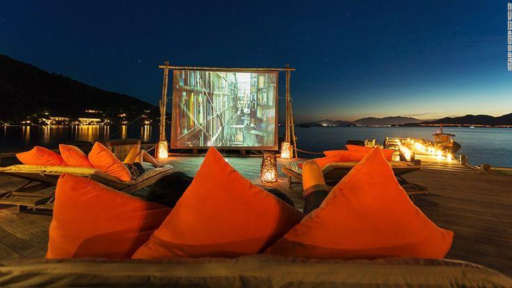 Six Senses Ninh Van Bay (Vietnam) - Cuando cae la noche en Six Senses Ninh Van Bay, la cubierta de 'Drinks by the Beach' se transforma en un cine iluminado por la luz de las estrellas que proyecta un clásico de la pantalla cinematográfica. Ingresa a la galería para ver otros 20 increíbles cines al aire libre alrededor del mundo.