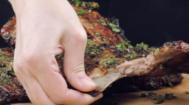 Φανταστική συνταγή για χοιρινά παϊδάκια με ουίσκι και μέλι (video)