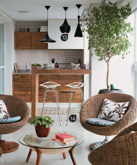 LAYOUT 3 Churrasqueira com mesa de apoio em madeira e tons leves.