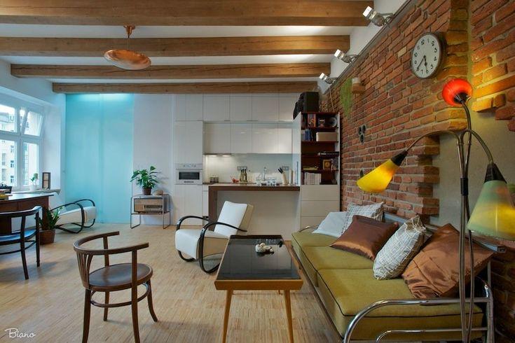 Lehká surovost celého apartmánu dodává také odhalená cihlová stěna., která je zároveň i výrazným dekoračním prvkem.