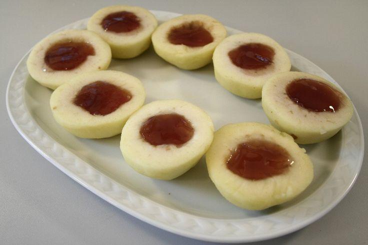 Kog vand, sukker og lidt citronsaft sammen.  Skræl æblerne, halvér dem, og fjern kernehuset.  Læg æblerne i sukkerlagen, og damp dem knap møre (kan også gøres i mikroovn, ca. 3 minutter ved fuld eff