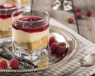 Petit cheesecake au coulis de framboises en verrine : http://www.fourchette-et-bikini.fr/recettes/recettes-minceur/petit-cheesecake-au-coulis-de-framboises-en-verrine.html