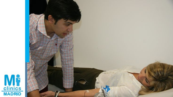 Javier Suárez, enfermero de Madrid Norte, hace una autohemoterapia de demostración ante los asistentes a la inauguración