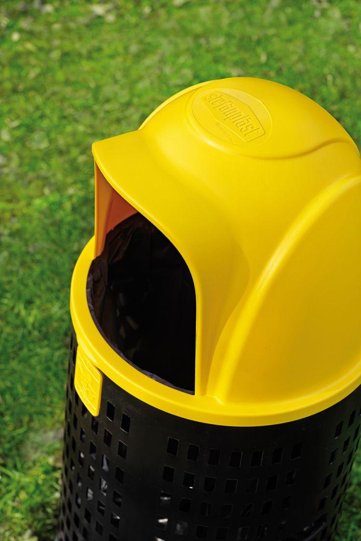 Bobby, contenitore per rifiuti con fusto fatto in materiale reciclato e parte superiore disponibile in 4 colori. Capacità di 100 litri. Al suo interno sono alloggiate quattro placchette con stampato il tipo di prodotto da gettare per differenziarne la raccolta.