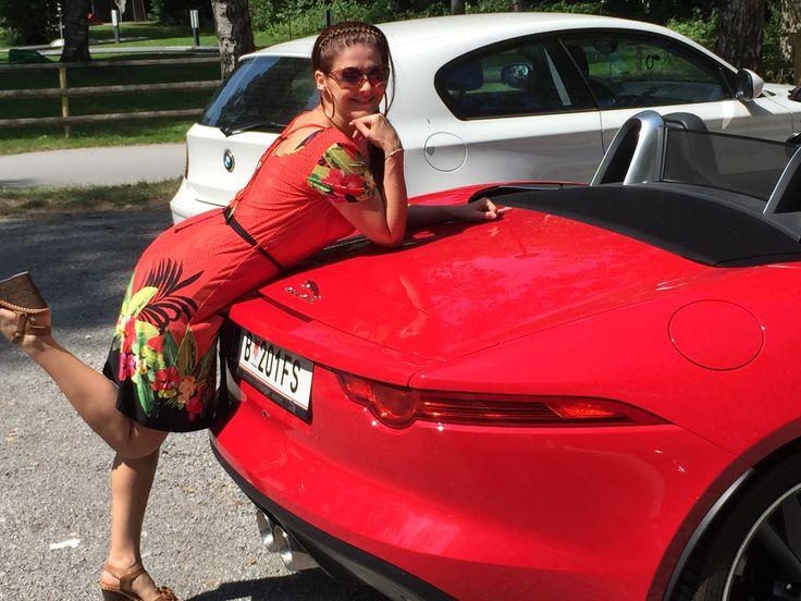Der Jaguar F gefällt, ganz offensichtlich, auch Brigitte Rosa Maria.