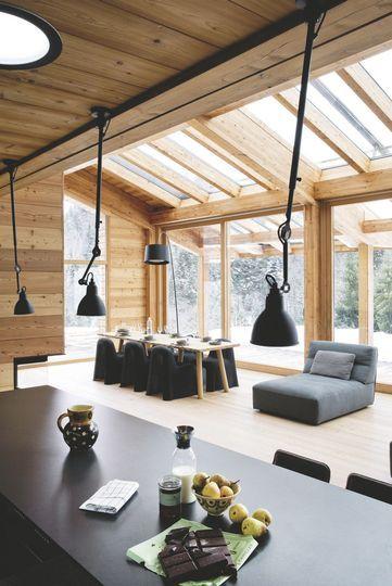 La pièce à vivre est lumineuse grâce à la verrière du chalet - Confort chic pour maison en bois à la montagne - CôtéMaison.fr
