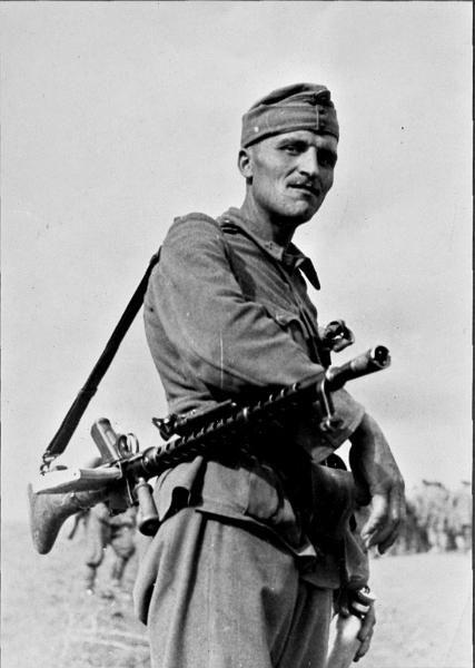 Hungarian Machine-gunner.Date and location unknown. The machine gun he's carryng seems to be a Maschinengewehr Solothurn 1930 A.K.A Solothurn 31.M Golyoszoro that basically was a  Maschinengewehr 30, a German-designed machine gun.