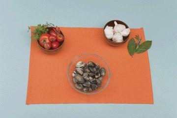 I molluschi andrebbero consumati freschi, ma se dovete conservarli in frigo basta seguire delle piccole accortezze: ricordatevi di lavarli con cura, sgusciarli e riporli in una vaschetta con il liquido che esce durante l'apertura del guscio. Aggiungete una soluzione di acqua e sale e riponete la vaschetta in frigo. Scopri tanti altri consigli utili su: http://www.foxymega.it/ #foxy #optimize #ordine #molluschi #conservare #food #cucina #organization #ideas #home #space #fridge