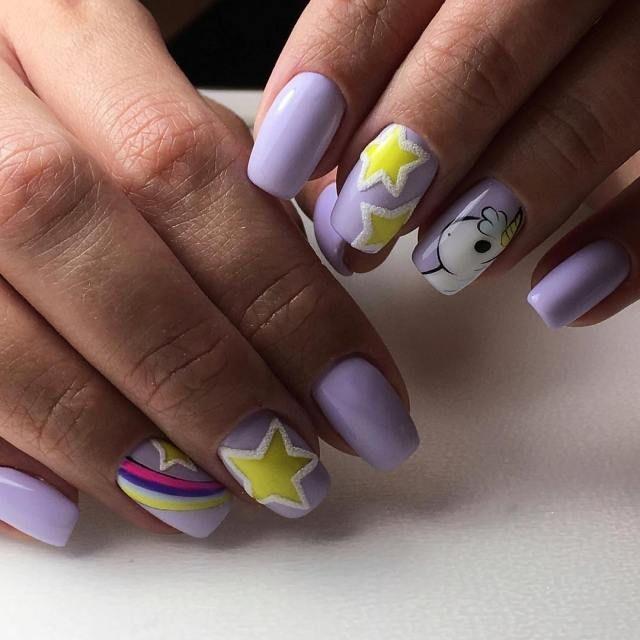 Маникюр единорог, звездочки и радуга. Необычный дизайн ногтей на пастельном фоне.