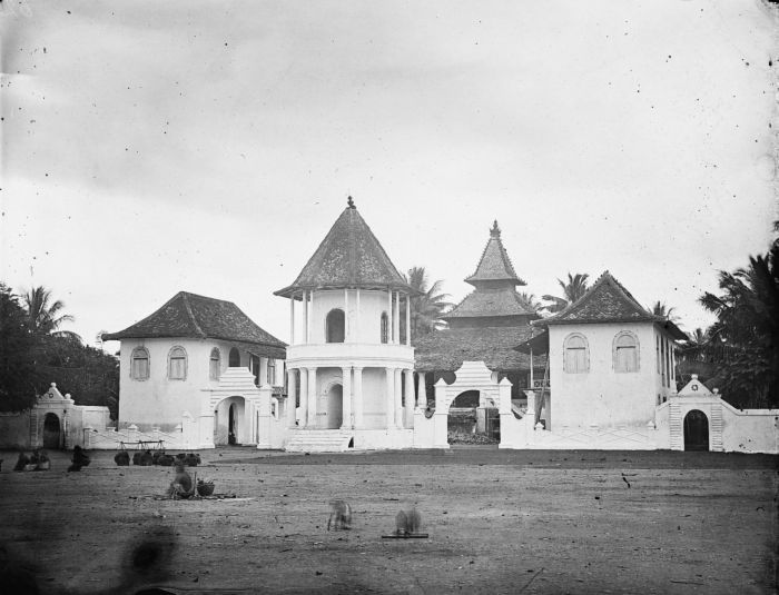 Mosque in Pati, Central Java during colonial period. The mosque combined traditional Javanese style (multi-tiered roof) with European architecture.