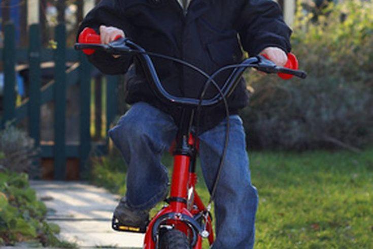 ¿Cómo unir una bicicleta de niño a una de adulto?. Una de las formas más fiables para sujetar una bicicleta de niño a una de adulto en es con una barra especial de remolque que convierte una bicicleta de adulto en una bicicleta tándem. La barra de remolque se conecta al asiento de la bici del ...