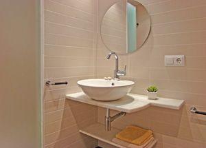 Foto de reforma de ba o color beige encimera m rmol for Colores de marmol para banos