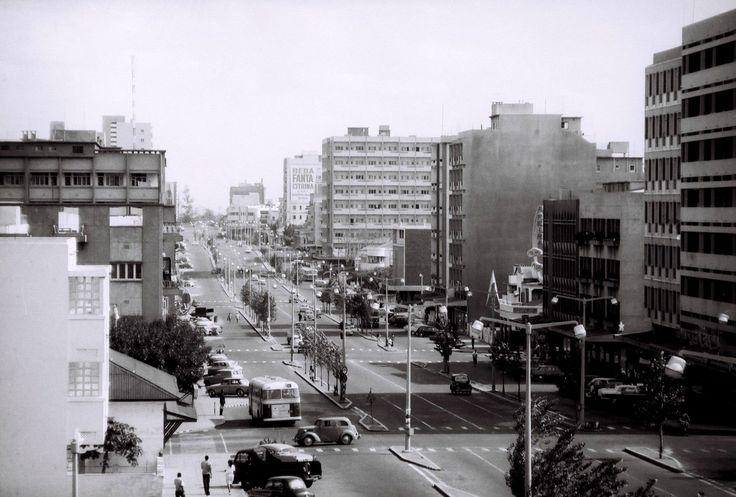 Vista da Avenida Pinheiro Chagas em Lourenço Marques (actualmente, Avenida Dr. Eduardo Mondlane), meados dos anos 60.