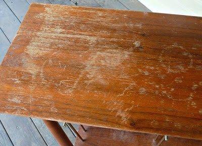 """Πολλές φορές οι καθημερινής χρήσης ξύλινες επιφάνειες, (τραπέζια, γραφεία κλπ) γεμίζουν γδαρσίματα και μικρογρατζουνιές, σε κάποια σημεία το ξύλο """"ασπρίζει""""  και γενικά η όψη τους φαίνεται ιδιαίτερα φθαρμένη ακόμη κι αν δεν πρόκειται για"""