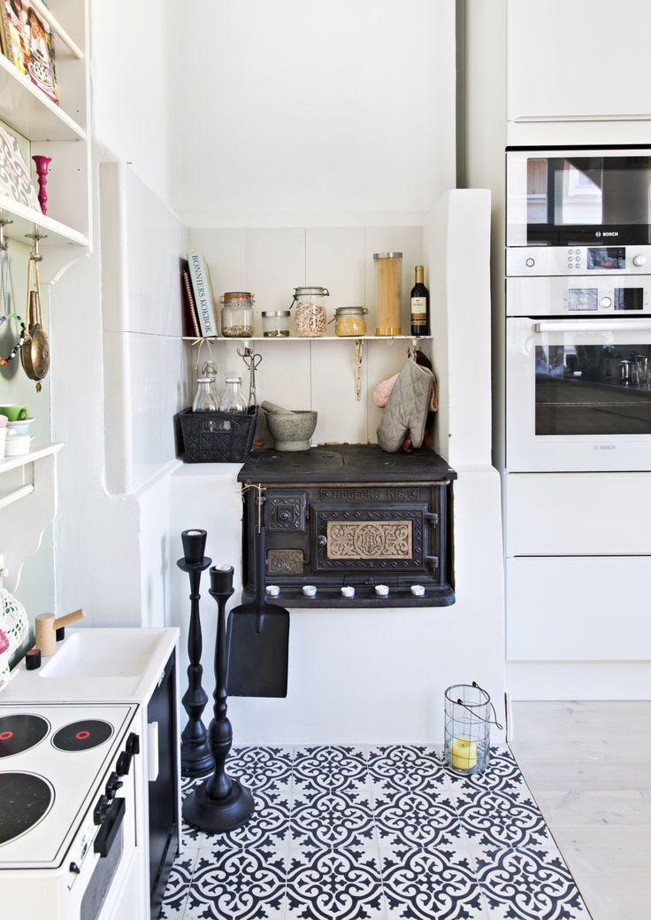 Puuhella, sähköhella ja leikkiliesi sopivat samaan keittiön. Stove, oven and kid's play cooker in the same kitchen. | Unelmien Talo&Koti Kuva: Camilla Hynynen Toimittaja: Jaana Tapio