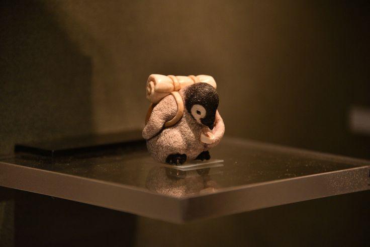 東京国立博物館の高円宮根付コレクションにコウテイペンギンのヒナがいるとの話を聞いて行ってきました。 題名は「一人旅」。細かい造形もさることながら、方位磁針を見ている姿が愛らしい。 #トーハク #東京国立博物館