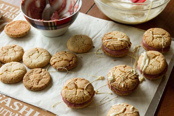 Γεμιστά μπισκότα με κρέμα φράουλας και λευκή σοκολάτα από τον Άκη. Η πιο νόστιμη συνταγή για σπιτικά μπισκότα φράουλας και σοκολατας που θα λατρέψουν όλοι.