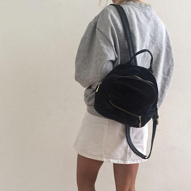 Liten svart ryggsäck i velvet från Urban Outfitters. Köparen står för frakt.. Väskor.