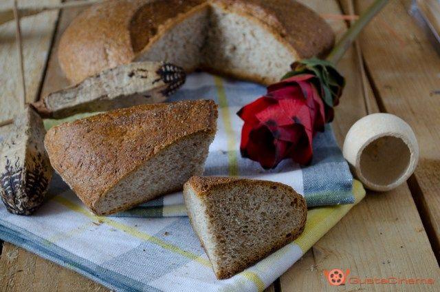 Pane integrale fatto in casa è genuino, buono e ricco di fibra. Ottimo a colazione spalmato con marmellate oppure per accompagnare contorni di verdure o salumi.