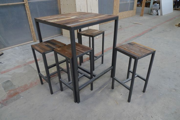 Hoge tafel met 4 krukken. Gemaakt van staal en hout.