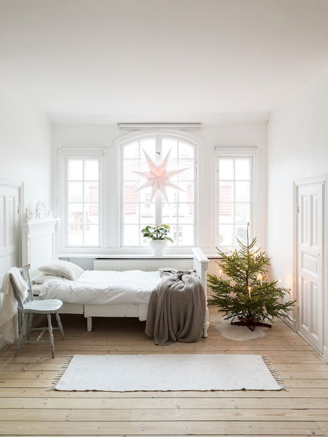 A christmas tree in the bedroom of a Swedish country home at Christmas / Photo Carina Olander, stylist Anna Truelsen / Lantliv.