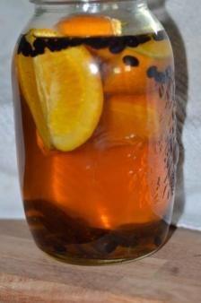 Julesnaps:Ingredienser Kom alle ingredienser i et glas. Hæld vodka over og lad det trække i 3 - 4 dage. Si herefter indholdet fra og hæld snapsen over på en flaske eller karaffel. Lad indholdet hvile i 2 uger, inden den drikkes. Kan med fordel serveres køleskabskold.