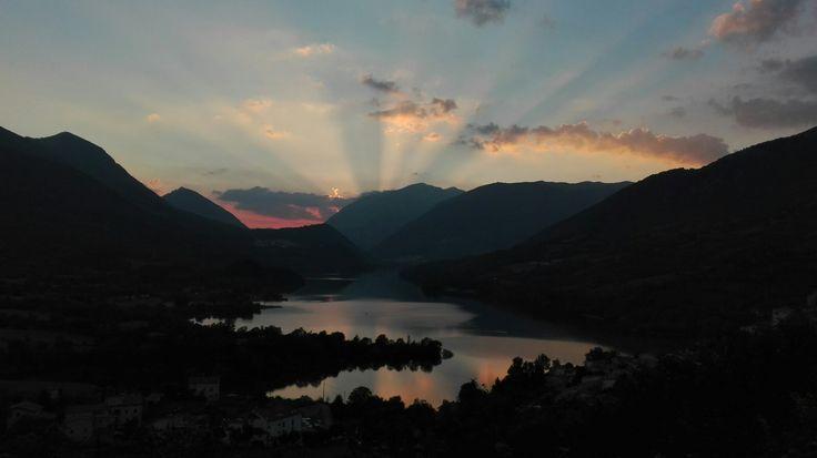 Lago di Barrea.  Una serata come tante.  #buongiornocosì  #barrea #lagodibarrea #parconazionaledabruzzo