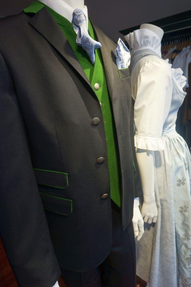 595.- Anzug mit Revers Hochzeitsanzug Herren mit Besatz aus grünem Tuch.