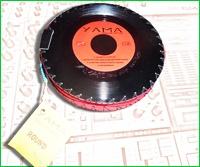Portaoggetti realizzato con due dischi in vinile 45 giri e cerniera rossa.    All'interno una comoda striscia di velcro lungo entrambi i dischi per il tuo set da trucco o altri oggetti da tenere in ordine in borsetta.    Interni morbidi realizzati con pelle scamosciata