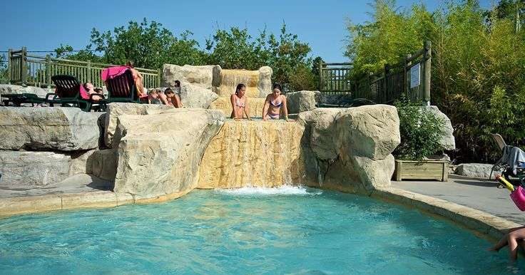Een zwemparadijs van 2500 m² met 2 grote baden, een overdekt zwembad en waterspelletjes in de Ardèche!