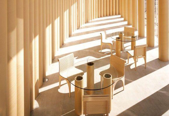 Круглый стол и стулья из картона
